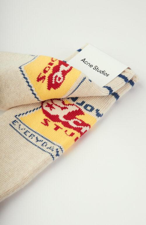 Ecrufarbene Socken aus Rippstrick mit Print